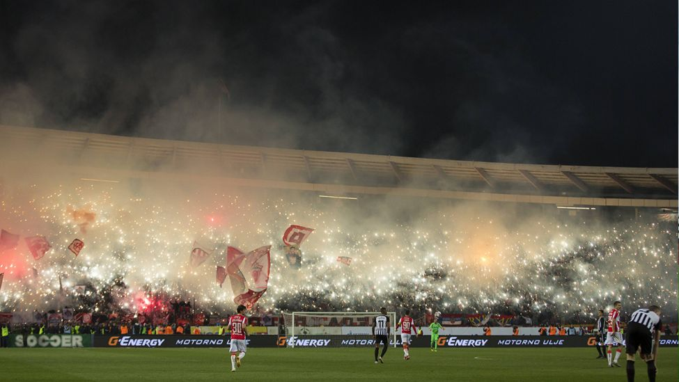 Pyrotechnik beim Belgrader Derby. (Quelle: imago images/action plus)
