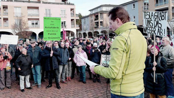 Kundgebungen auf dem Marktplatz: Tesla-Gegner und Befürworter demonstrieren in Grünheide - rbb|24 image