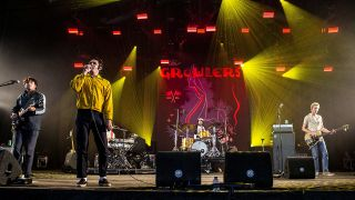 "Archiv - Konzert der Surf-Band ""The Growlers"" am 16.08.2019 auf dem Lowlands Festival 20019 in Biddinghuizen in den Niederlanden (Bild: dpa/Roberto Finizio)"