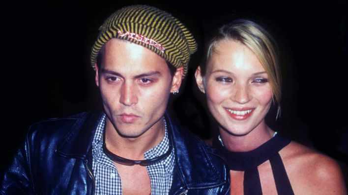 Johnny Depp mit seiner Partnerin, Model Kate Moss, 1995. (Quelle: dpa/J. Barrett)