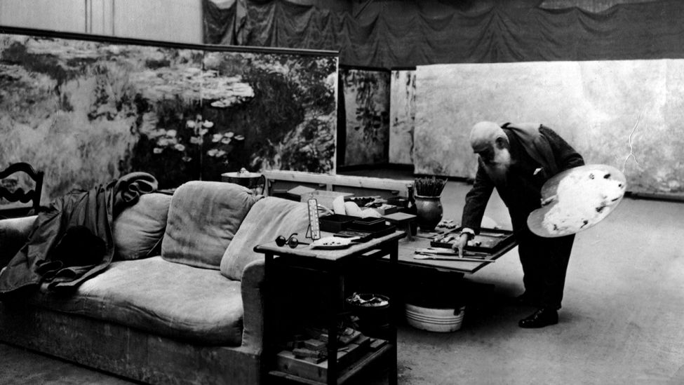 Claude Monet in seinem Studio in Giverny, 1919. (Quelle: dpa/Archives Snark)