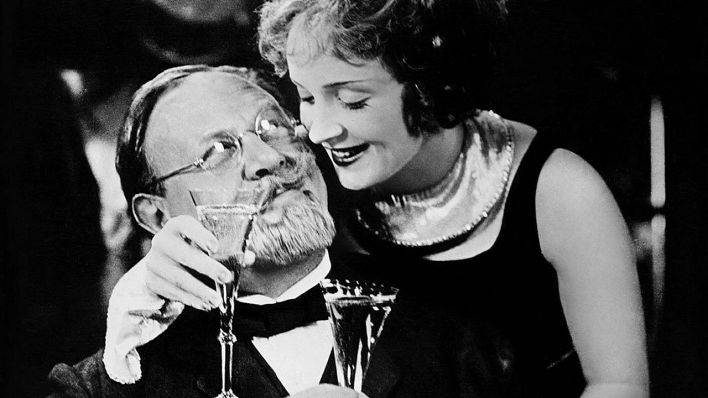 "Emil Jannings und Marlene Dietrich in ""Der blaue Engel"" (Quelle: imago images/Mary Evans)"