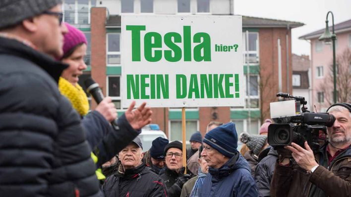 Tesla-Gegner demonstrieren am 25.1.2020 in Grünheide (Bild: imago images/Christian Ditsch)