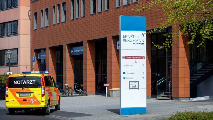 Ein Notarztwagen fährt am Bergmann-Klinikum vor