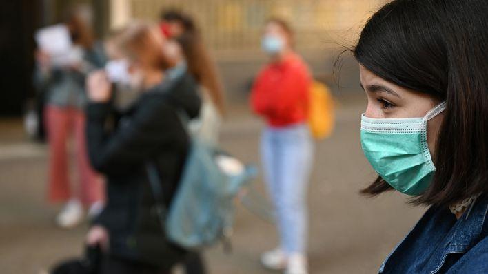 Eine Schülerin trägt auf dem Schulhof eine Maske, Symbolbild (Quelle: DPA/Arne Dedert)