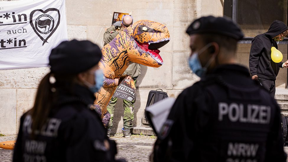 Demonstrant in Dinosaurierkostüm zum 1. Mai 2020 in Berlin (Quelle: dpa/Hosbas)