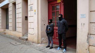 Archivbild: Zwei Polizeibeamte stehen am 28.02.2017 vor der Fussilet-Moschee in Berlin-Moabit. (Quelle: dpa/Gregor Fischer)