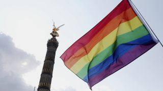 Symbolbild: Eine LGBTQ-Flagge beim Christopher Street Day in Berlin. (Quelle: dpa)