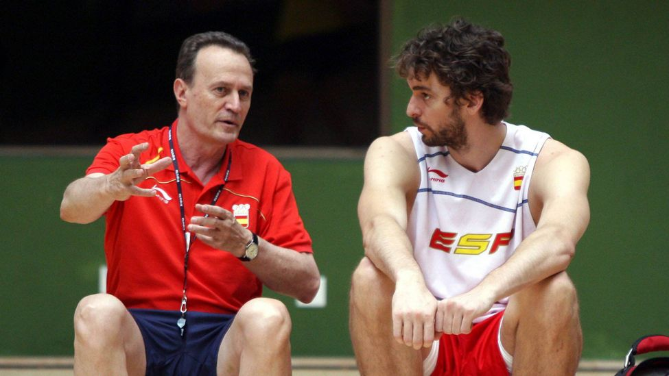 Archivfoto vom 18.08.08: Nationaltrainer Aito Garcia Reneses (li.) und Pau Gasol (beide Spanien) bei den Olympischen Spiele 2008 in Peking (Quelle: imago images / Cordon Press/Diario AS).