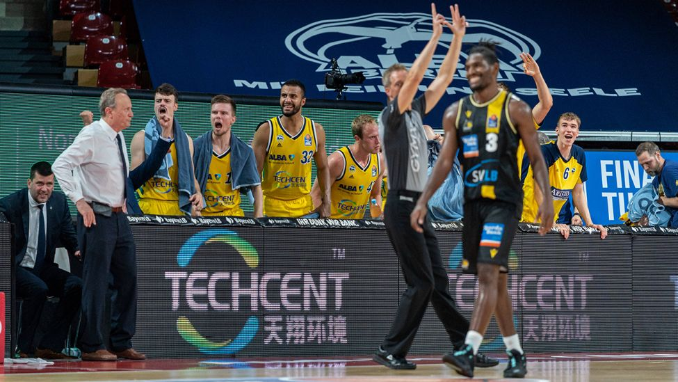 26.06.2020 Basketball easyCredit Final-Turnier Basketball München 26.06.2020 Saison 2019 / 2020 easyCredit BBL Final-Turnier 2020 Finale Spiel 1 ALBA Berlin - MHP RIESEN Ludwigsburg Aito Garcia Reneses Alba Berlin, Trainer Jonas Mattisseck Alba Berlin, No.09 Martin Hermannsson Alba Berlin, No.15 Johannes Thiemann Alba Berlin, No.32 Jaleen Smith Ludwigsburg, No.03 (Quelle: imago images / BBL-Foto).