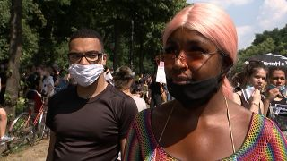 Eine Demonstrantin der Black Lives Matter-Demonstration in Berlin
