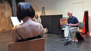 Sprechtrainer Karl Ludwig gibt Tipps während Schauspieltrainings (Bild: Vera Block)