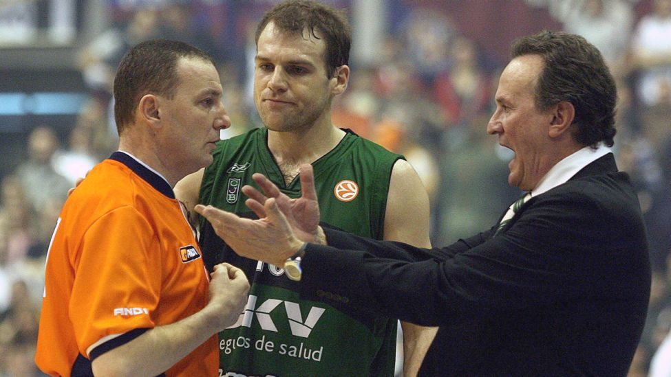 Ferran Lavina (Mitte) und Badalonas Cheftrainer Aito Garcia Reneses (rechts) streiten mit dem Schiedsrichter in der Euroleague-Partie gegen Partizan Belgrad in Belgrad am 01.03.07 (Quelle: dpa / epa / Sasa Stankovic).oleague match against Partizan in Belgrade, on Thursday 01 March 2007