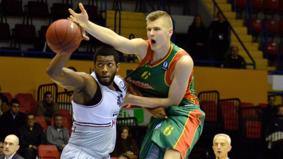 Kristaps Porzingis (rechts), damals Basketballspieler bei CB Sevilla, im Eurocup-Match gegen Rytas Vilnius und Mike Moser (links) am 28.01.15 in Sevilla (Quelle: dpa / Cordon Press / Carlos Bouza).