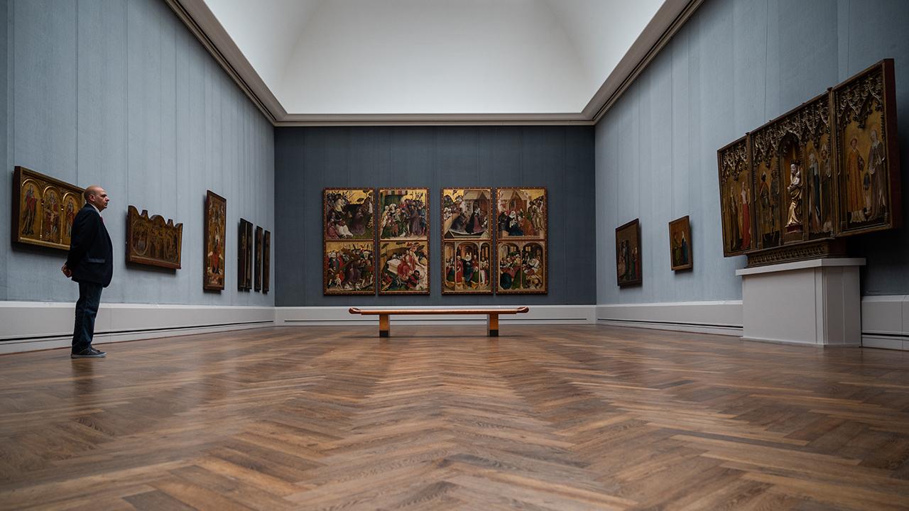 In einem Raum in der Berliner Gemäldegalerie steht nur ein Wachmann, weil das Museum wegen des Coronavirus geschlossen ist