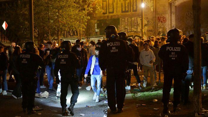 600 Personen im James-Simon-Park: Polizisten werden bei Räumung von illegaler Party in Mitte angegriffen. (Quelle rbb24)