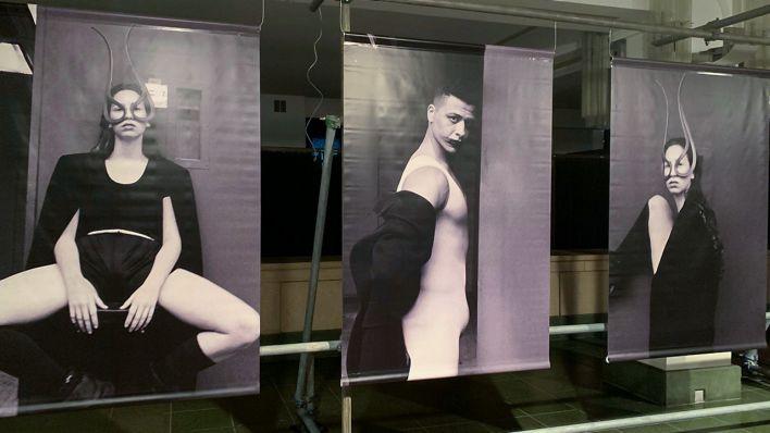 """Mehrere Fotos aus der Ausstellung von Sven Marquardt """"Stageless"""" im Schloss Friedrichstadt (Bild: rbb / Bienert)"""