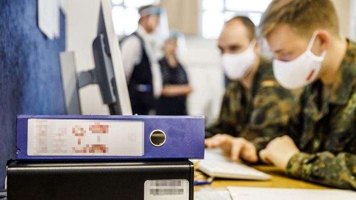Bundeswehrsoldaten unterstützen das Gesundheitsamt bei der Corona- Kontaktverfolgung. (Quelle: dpa/C. Koall)