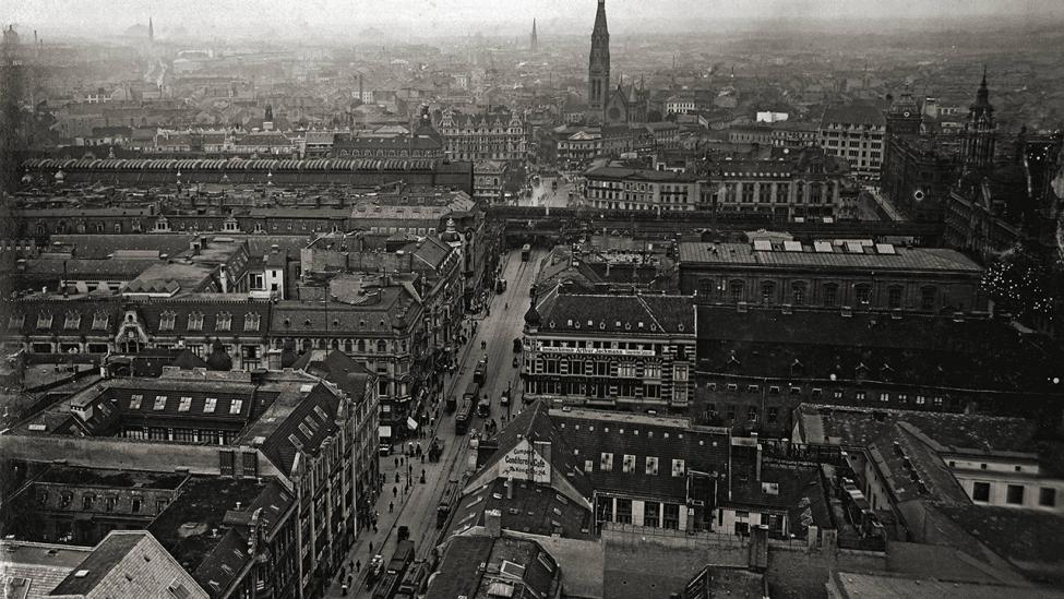 Blick vom Turm des Roten Rathauses in die Königstraße (heute Rathausstraße) in Richtung Alexanderplatz um 1910. (Quelle: dpa/Gebrüder Heaeckel)