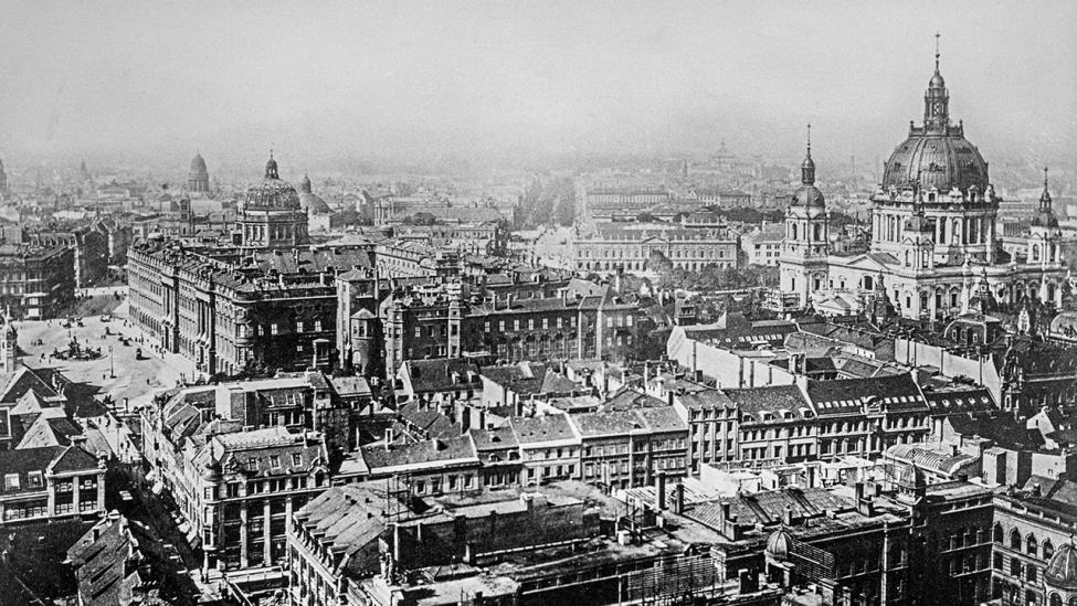 Blick vom Rathausturm auf Schloss, Dom und Unter den Linden, historische Aufnahme, ca. 1920. (Quelle: dpa/Siegfried Kuttig)