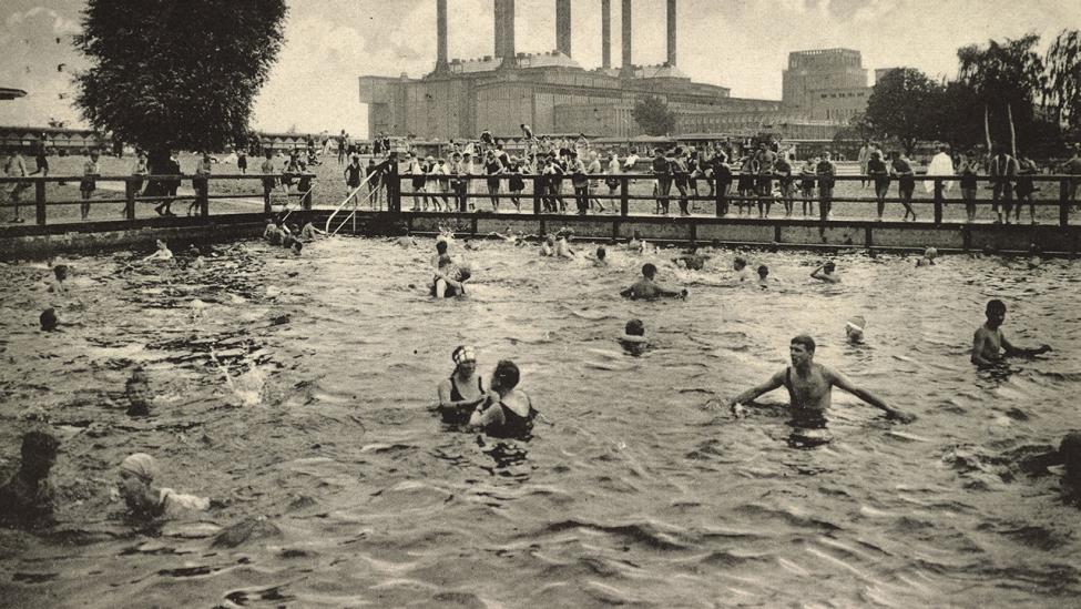 Ansicht des Schwimmbeckens im Städtischen Flussbad, Berlin-Lichtenberg 1928. (Quelle: dpa/akg-images)