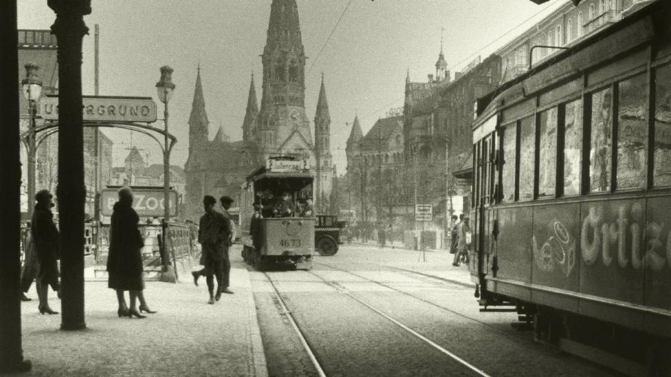 Blick unterhalb der Stadtbahnbrücke am Bahnhof Zoologischer Garten nach Südwesten zur Kaiser-Wilhelm-Gedächtniskirche. Amateuraufnahme, anonym, undat., 1920er Jahre. (Quelle: dpa/akg-images)