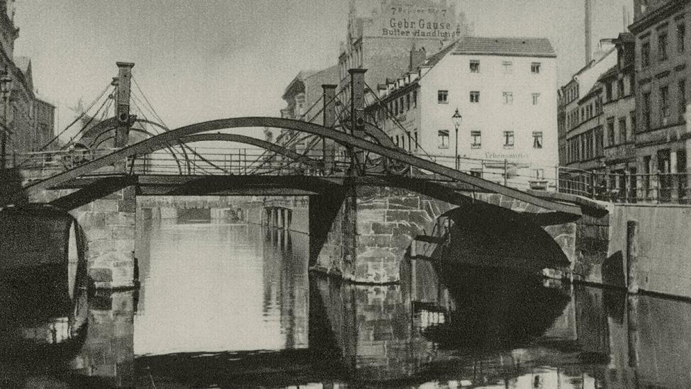 Die Jungfernbrücke in Berlin-Mitte, Ansicht von Süden, um 1930. (Quelle: dpa/akg-images)