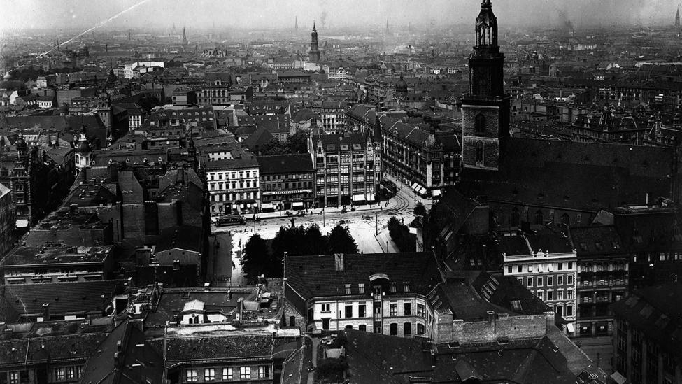 Blick vom Rathausturm auf die Marienkirche und den Neuen Markt um 1920. (Quelle: dpa/Otto Haeckel)