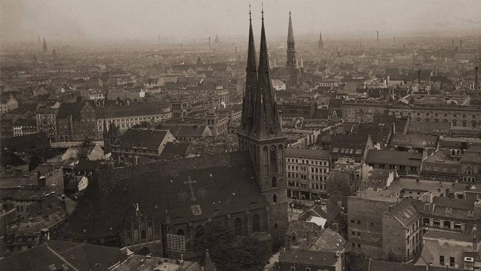 Archivbild: Blick vom Rathausturm um 1910 nach Südwesten auf die Nikolaikirche. Im Hintergrund die Petrikirche. (Quelle: dpa/Gebrüder Haeckel)