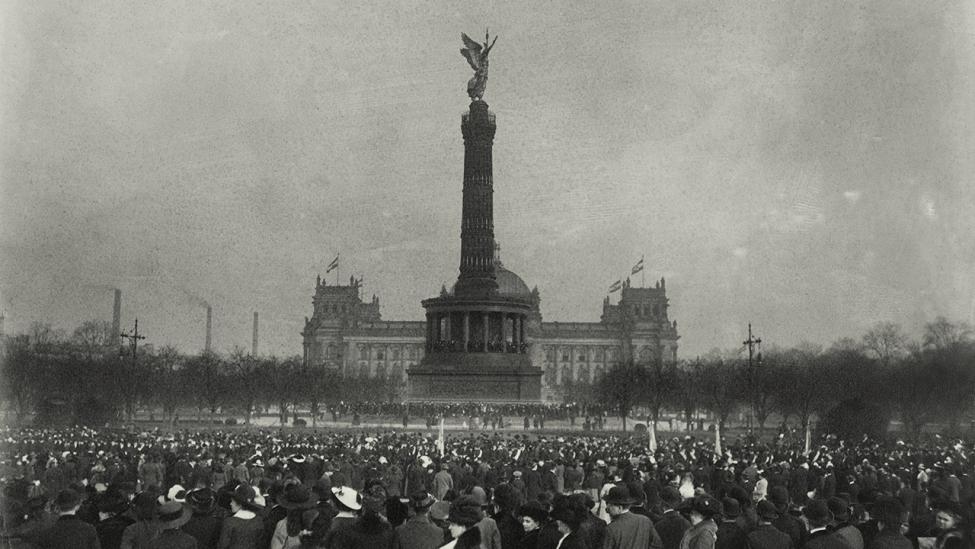 Einzug des dänischen Königspaares in Berlin am 24.2.1913 mit zahlreichen Schaulustigen vor der Siegessäule in Berlin-Tiergarten. (Quelle: dpa/Otto Haeckel)