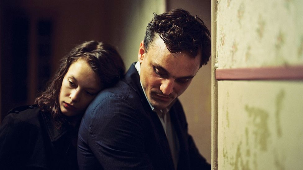 Filmstill: Paula Behr und Franz Rogowski in Christian Petzolds Film <<Transit>>. (Quelle: dpa/Imagine Films)