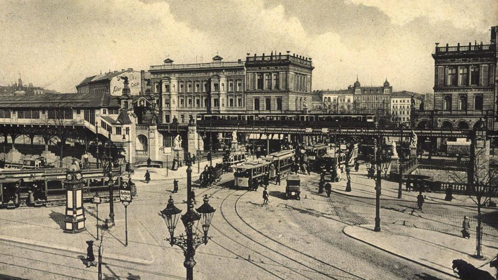 Berlin Kreuzberg, Straflenbahn am Halleschen Tor am 31.12.1920. (Quelle: imago images/Archivi)