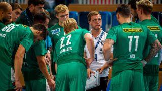 Die Füchse Berlin um ihren Trainer Jaron Siewert (imago images)