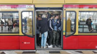 Volle S-Bahn in Berlin (Quelle. imago images / Schoening)