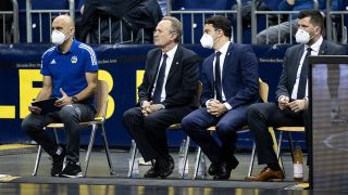 Symbolbild: Basketball: Euroleague, Alba Berlin - Anadolu Efes Istanbul, Hauptrunde, 3. Spieltag, Mercedes-Benz Arena. ALBAs Athletiktrainer Pepe Silva Moreno (l-r), Head Coach Aito Garcia Reneses, Co-Trainer Israel Gonzalez und Co-Trainer Sebastian Trzciona verfolgen das Spiel mit Masken. (Quelle: dpa/Andreas Gora)