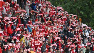 Union Fans stehen mit Schals auf der Tribüne