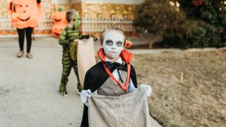 Kinder am Halloween (Quelle: imago images/Cavan Images)