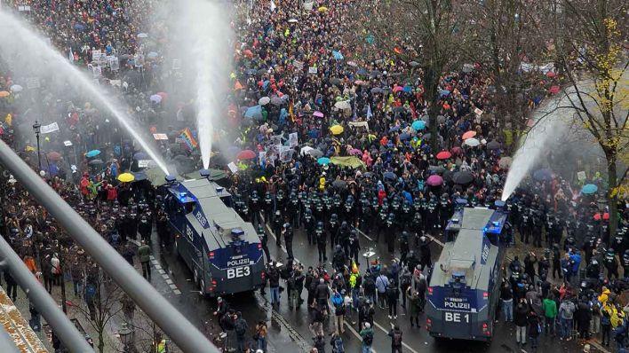 Polizei beendet Demo mit Wasserwerfern - 365 Festnahmen