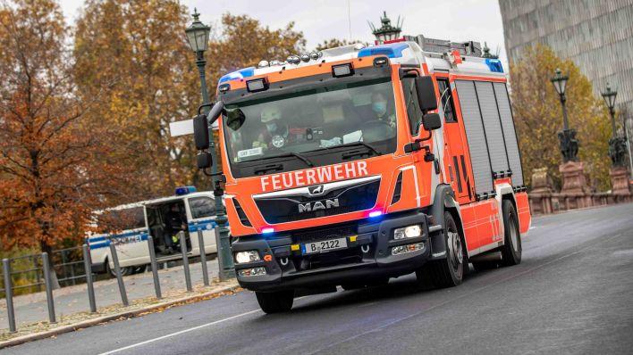 Einsatzkräfte posierten vor NPD-Plakat: Berliner Feuerwehr prüft Extremismusverdacht