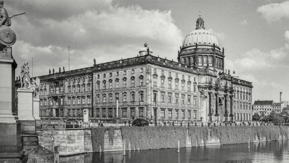 Berlin-Mitte, Berliner Schloss (Stadtschloss). Blick von der Schloßbrücke auf die Nordwestseite des Stadtschlosses (Quelle: dpa)