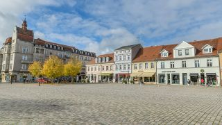 Der leere Schulplatz in Neuruppin am 19.10.2020. (Quelle: imago images)