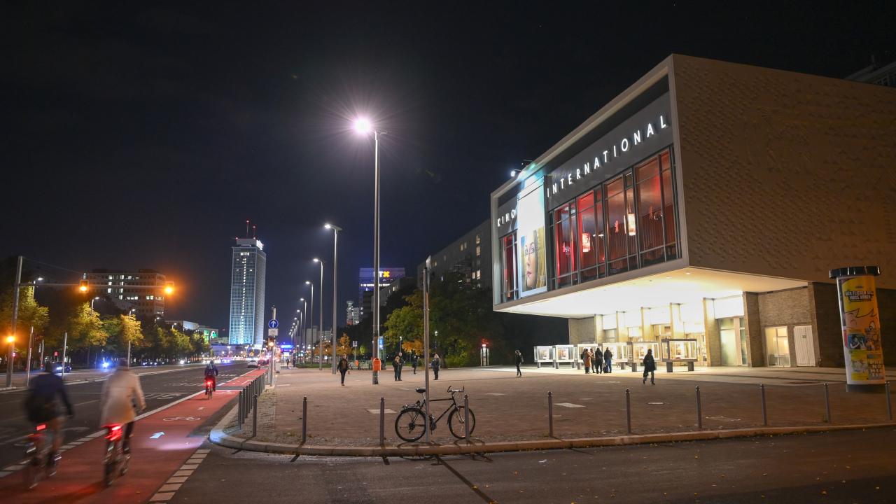 Außenansicht vom Kino International in der Karl-Marx-Allee am Alexanderplatz am Abend. (Quelle: dpa/Jens Kalaene)