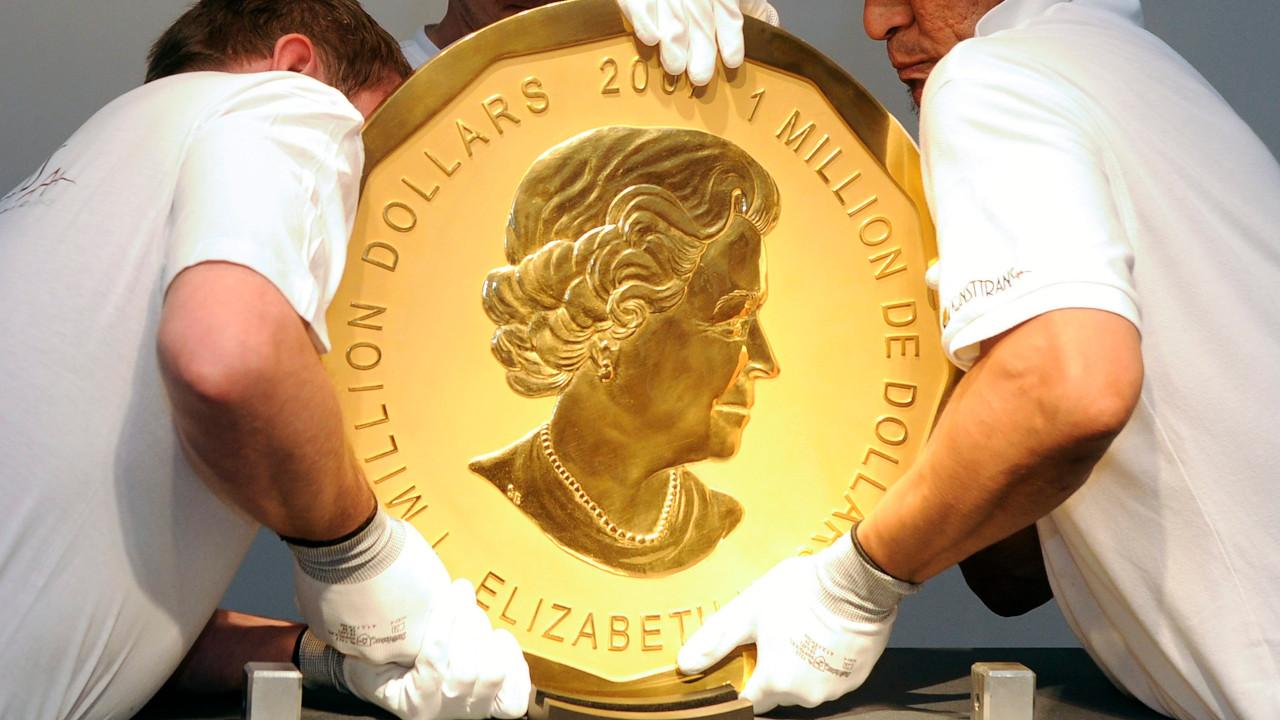 Mitarbeiter eines Auktionshauses heben ein Exemplar der sogenannten «Big Maple Leaf»-Goldmünze an ihren Platz. (Quelle: dpa/Hans Klaus Techt)