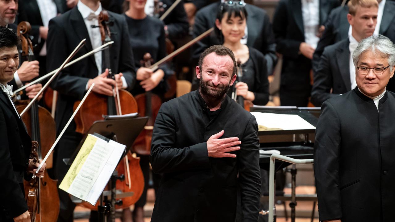 Kirill Petrenko (M), Chefdirigent der Berliner Philharmoniker, nimmt am Schluss seines Antrittskonzerts in der Berliner Philharmonie den Applaus des Publikums entgegen. (Quelle: dpa/Bernd von Jutrczenka)