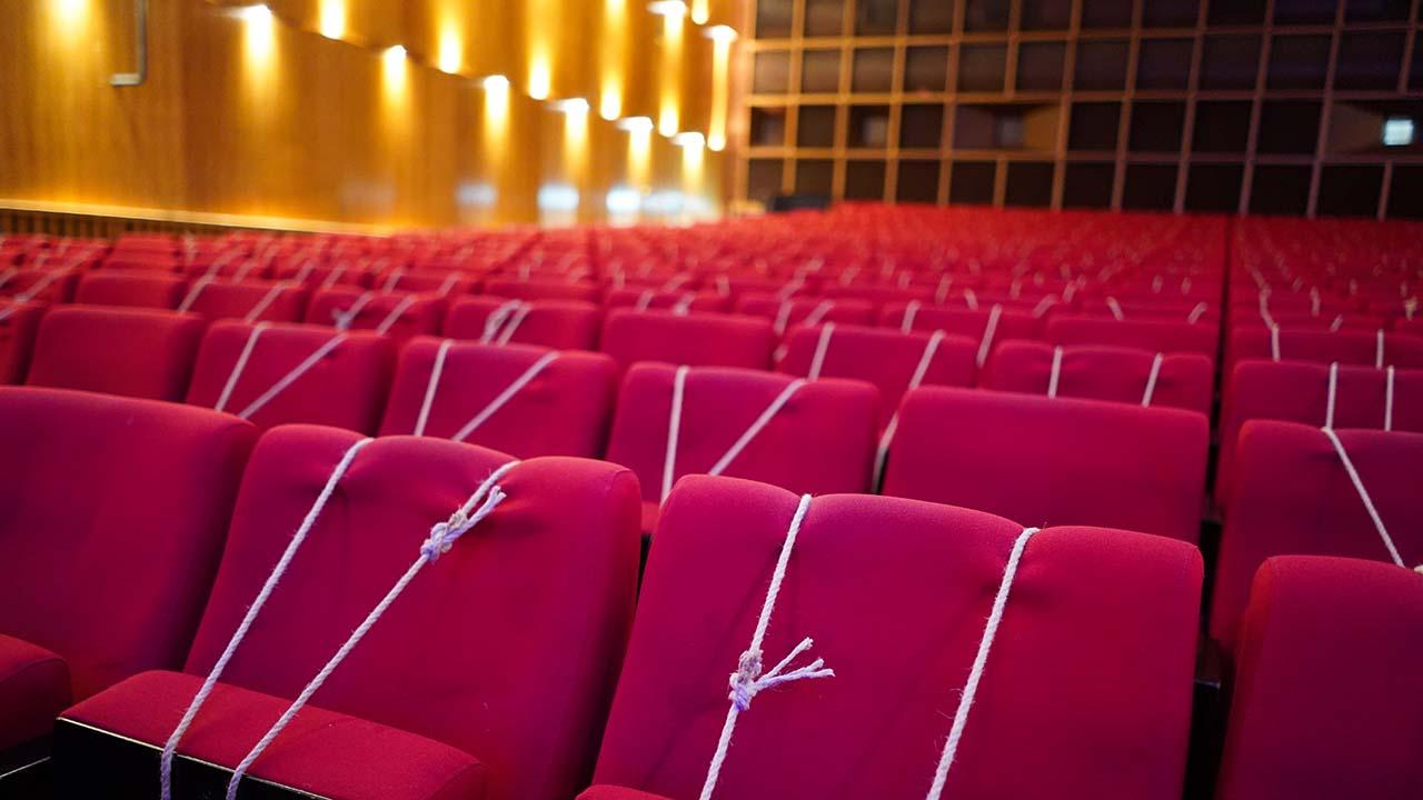 Alle Sitzplätze im Zuschauerraum der Urania sind wegen der Corona-Pandemie durch Seile abgesperrt. (Bild: dpa/Jörg Carstensen)