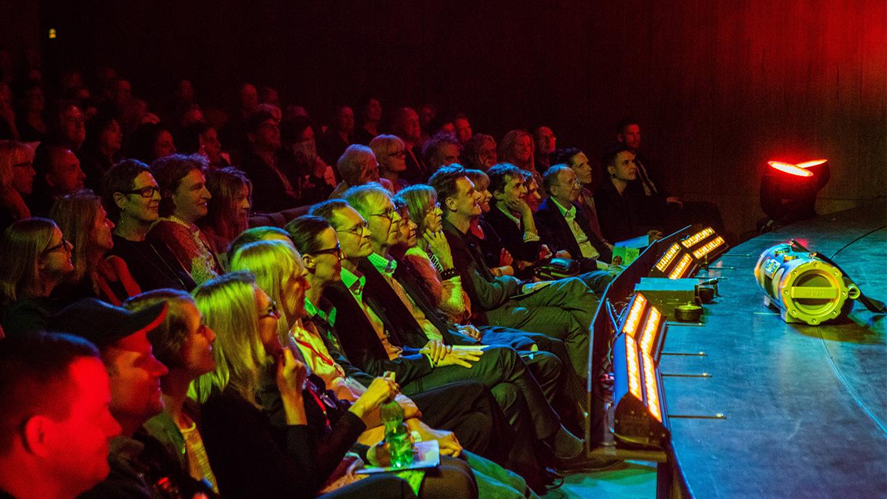 Symbolbil: Am 05.05.2018 sitzen Zuschauer im Rahmen des 55. Theatertreffens im Haus der Berliner Festspiele (Bild: imago images/Haus der Berliner Festspiele)