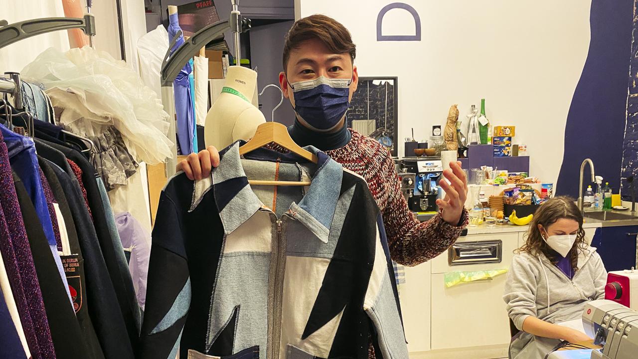 Modedesigner #Damur aus Taiwan in seinem Atelier in Kreuzberg. (Quelle: rbb/Julia Vismann)