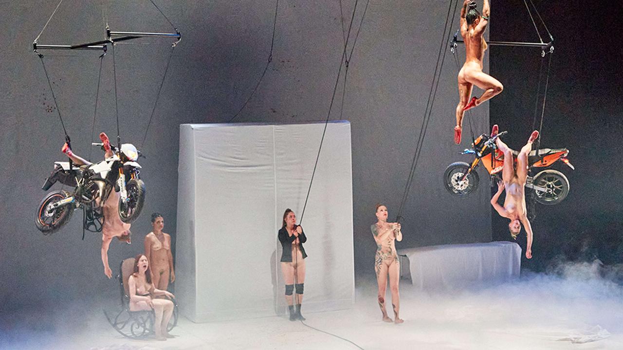 Archivbild: Am 12.08.2020 stehen und schweben Tänzerinnen während der Performance «Tanz» auf der Bühne (Bild: dpa/Georg Wendt)