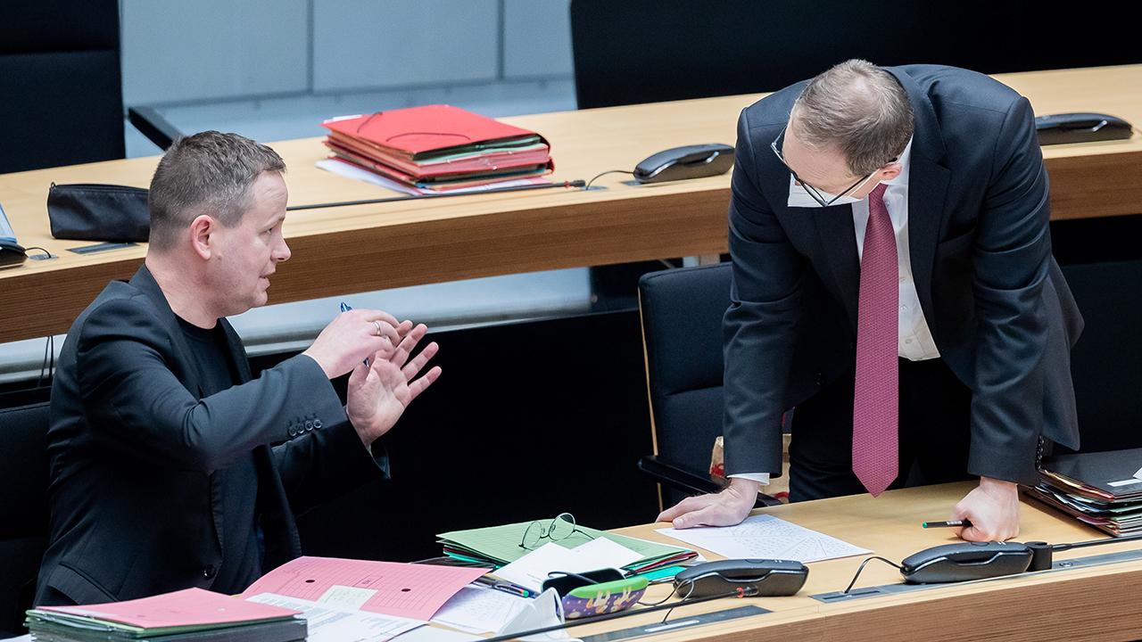 Michael Müller (SPD, r), Regierender Bürgermeister von Berlin, und Klaus Lederer (Die Linke), Kultursenator von Berlin, unterhalten sich während einer Debatte zur historischen Verantwortung des Hauses Hohenzollern bei der 76. Plenarsitzung des Berliner Abgeordnetenhauses. (Quelle: dpa/Christoph Soeder)