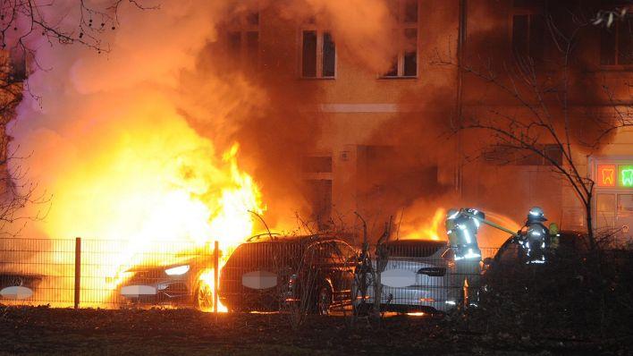 Mehr als zehn Autos bei Feuer in Berlin-Mitte beschädigt